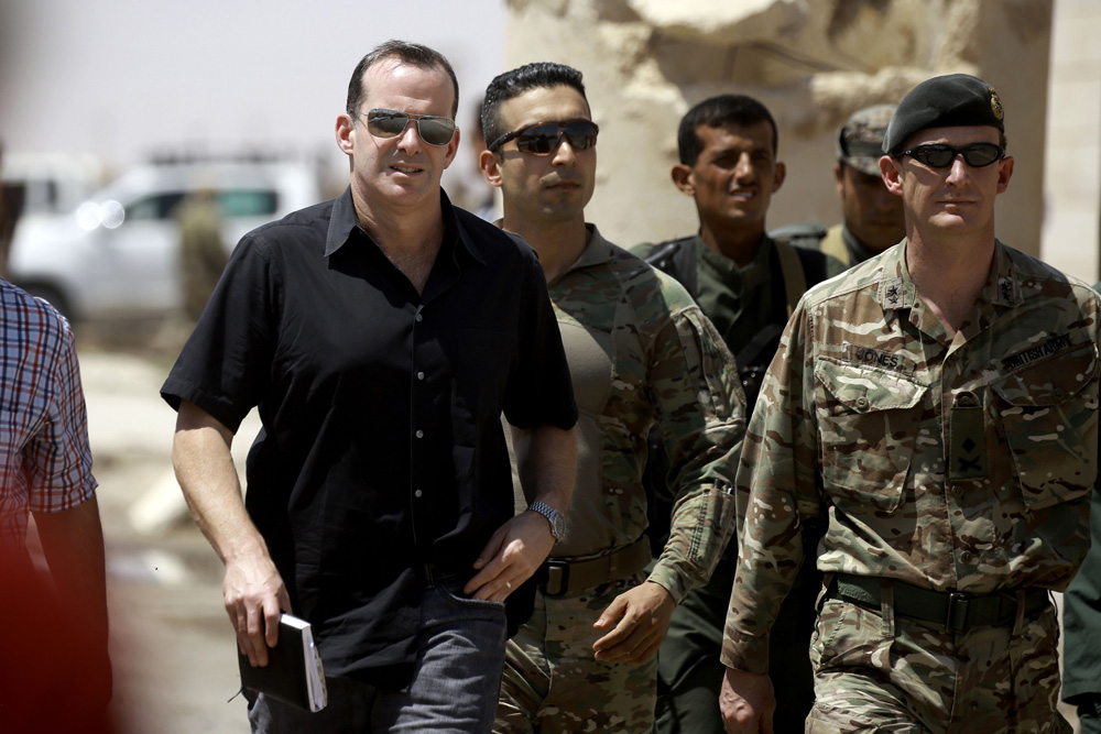Brett McGurk (C), US special Presidential Envoy for the Global Coalition to Counter IS, and Rupert Jones (R), deputy commander of Combined Joint Task Force Operation Inherent Resolve (CJTF-OIR), arrive for a meeting with the Raqa Civil Council on August 17, 2017, in the northern Syrian village of Ain Issa. / AFP PHOTO / Delil souleiman
